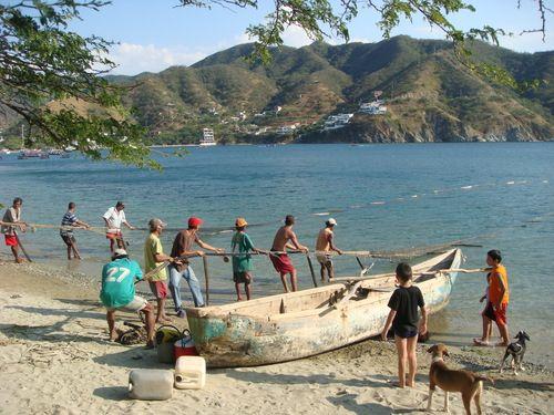 Pescadores en playa de Taganga cerca de Santa Marta - Colombia