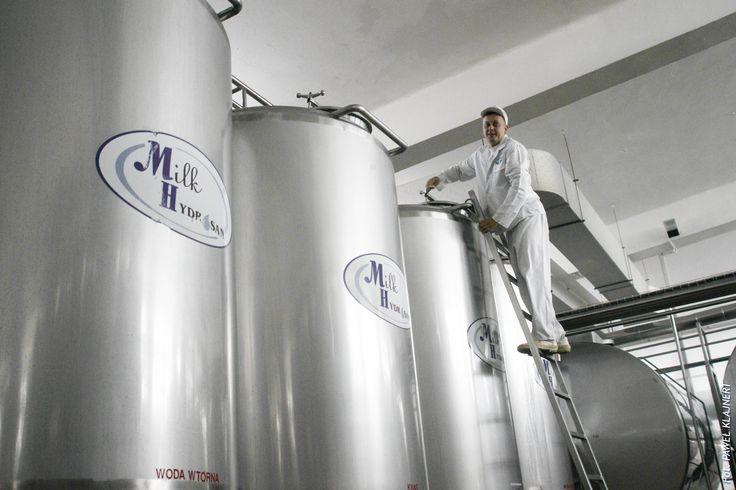 Stacja mycia. Z tych zbiorników poprzez system rur wysyłany jest preparat myjący do najdalszych zakamarków naszej mleczarni.