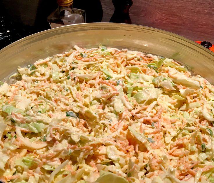 Coleslaw er en utrolig anvendeligsalat. Om sommeren passer dette perfekt ved siden av grillmaten og tar hjemmelagde hamburgere tilnye høyder. Den milde smaken kombinert med crispy grønnsaker og s…