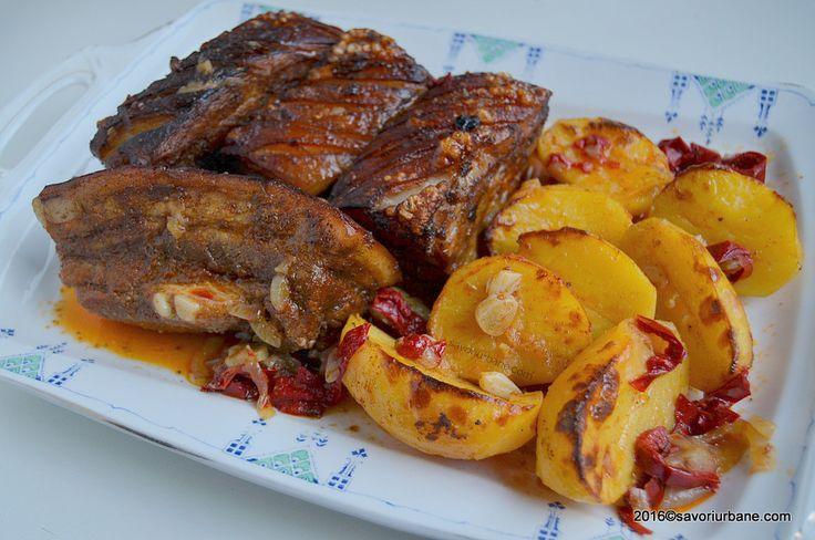 Friptura de porc la tava cu vin si legume. O friptura taraneasca din carne de porc fripta si inabusita la cuptor cu usturoi, ceapa, ardei, cartofi, vin alb