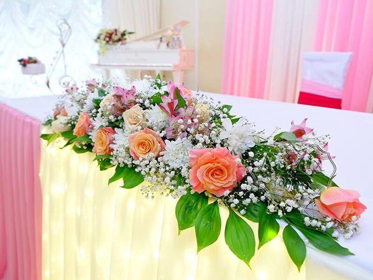 Цветочная композиция на столе жениха и невесты | Свадебная флористика