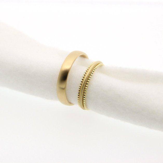 Der Damenring zart und zurückhaltend, aber trotzdem etwas besonderes! Der Herrenring in bequemen Ovalprofil. Beide Ringe sind seidenmatt. Der Damenring ist mit 2 dünnen Kügelchenringen...