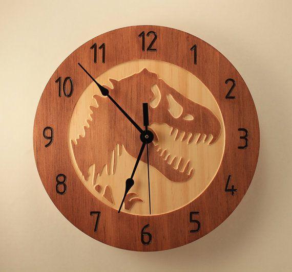 Eiken versie: https://www.etsy.com/listing/267614400/oak-clock-t-rex-clock-dinosaur-clock  Upgrade uw bestelling met stille mechanisme, tekstkaartje en meer: https://www.etsy.com/shop/BunBunWoodworking?section_id=20657265   OBJECTGEGEVENS:  * glas in mahonie en Maple honing kleuren * gemaakt van Pine selecteren * 10.5 inch diameter 26,5 cm) * quartz uurwerkmechanisme (hoeft niet een luid teek) heeft * klok hanger is aangesloten aan de achterka...