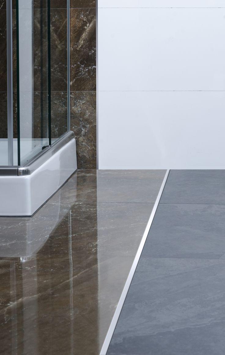 Baño con piso de porcelanato brillante unidos por Terminación Cuadrada de Acero Inoxidable. Crea diseños únicos.
