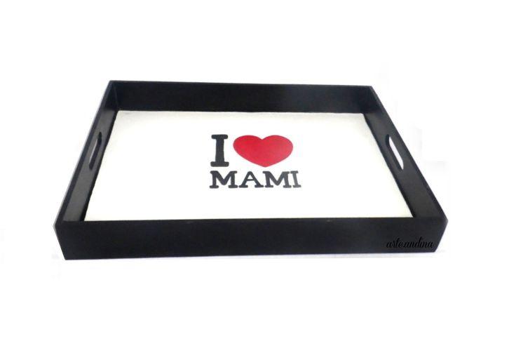 """Bandeja I <3 MAMI Ideal para prepararle el desayuno a mamá es su día! Wood Tray """"I LOVE MOM"""" design by arte.andina"""