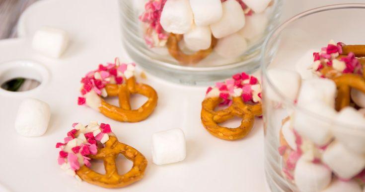 Salta kringlor med vit choklad och strössel. Alla hjärtans dag godis!