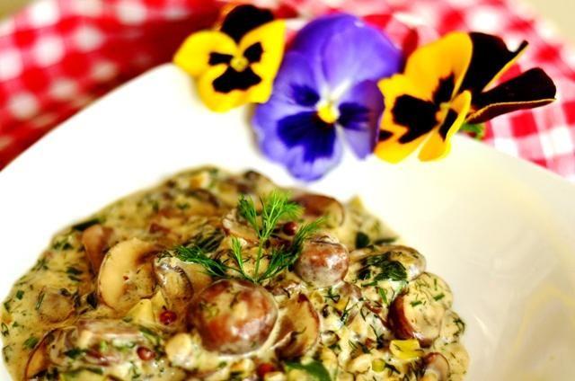 În povestea de astăzi vorbim despre un real gourmet simplu și rapid, în care aroma trufelor completează de minune textura ciupercilor. În compoziție și-a găsit locul și un shot de Tămâioasă Românească dulce, cu arome de flori de soc