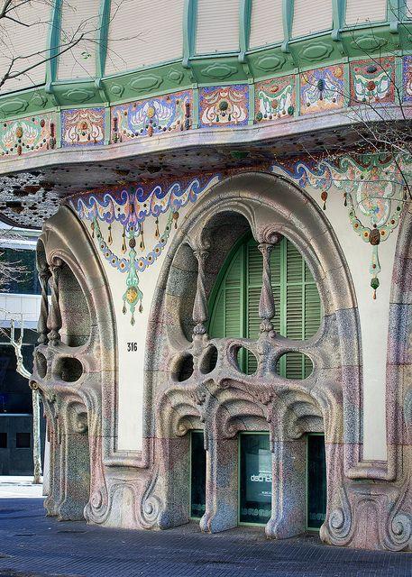 La #CasaComalat es de 1911, obra de Salvador Valeri i Pupurull. http://www.viajarabarcelona.org/?page=rutamodernista.php Obra del #Modernismo muy influenciada por #Gaudí.