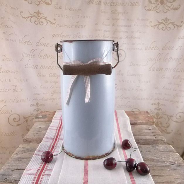 Stara , dobrze zachowana kanka na mleko. Kanka jest w kolorze jasnoniebieskim - szarym .. ozdobiona beżową kokardką. Świetna do rustykalnej kuchni ! Produkcja :  Olkusz   Przedmiot nie jest nowy,...