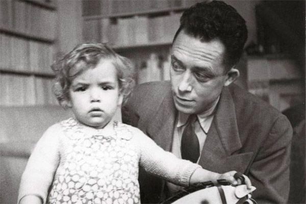 Albert Camus con su hija Chaterine. Escritores y también padres. http://www.eraseunavezqueseera.com/2015/03/18/escritores-y-tambien-padres/