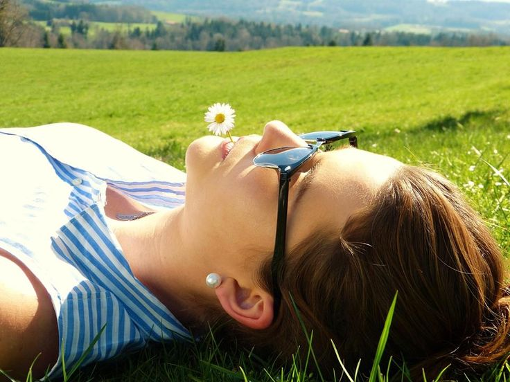 """HYPOXI-Vitamintipp: Vitamin D - Das """"Selfmadevitamin""""  Das fettlösliche Vitamin D übernimmt viele Aufgaben in unserem Organismus. Zum Beispiel stärkt es die Knochen und hat Einfluss auf die Muskelkraft. Vitamin D hat eine Sonderstellung unter den Vitaminen. Der Körper kann es mit Hilfe von Sonnenlicht selbst bilden. Bei Menschen, die regelmäßig draußen sind, produziert die Haut, unter den hierzulande typischen Lebensbedingungen, 80 bis 90 Prozent des Bedarfs an Vitamin D selber.  Den Rest…"""