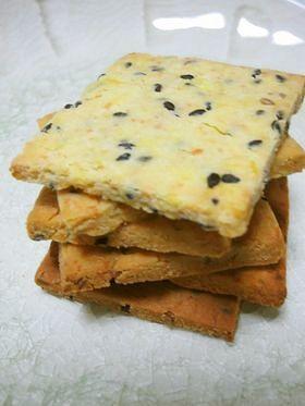 さつまいもとゴマの米粉クラッカー  材料 さつまいも(皮を剥いて正味) 150g 黒ゴマ 大さじ1 米粉 40g 片栗粉 大さじ1 粉チーズ 大さじ2 オリーブオイル 大さじ1 牛乳 大さじ2 ■ ※ざっくりしない場合は、ベーキングパウダー小さじ1/3追加してください。作り方 1さつまいもは皮ごとふかすか、皮を剥いて乱切りにしてレンジに3分かけて熱いうちにマッシュする。 2マッシュしたさつまいもに黒ゴマ、粉チーズ、牛乳、オリーブオイル、を加えてひと混ぜする。 3米粉、片栗粉を加えてさっくり混ぜてからあまり練らないようにひとかたまりにまとめて、ラップで包み30分冷蔵庫で寝かせる。 4  3㎜の厚さに薄く伸ばして3cm角に切り分ける。フォークで穴をあける。水分量が少ない場合は崩れるので穴はなくてOKです。 5  180度のオーブンで15分焼き130度に温度を下げて10分焼く。※ご家庭のオーブンによって温度や焼き時間は調整して下さい 6水分量の違いで牛乳の量、焼き時間を調整してください。ほくほくのサツマイモの場合は、牛乳を追加して調整してください。 コツ・ポイント 粉を入れ…