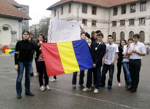 """Zeci de elevi ai Liceului Pedagogic """"Spiru Haret"""" din Buzău au participat, vineri după-amiază, la un miting de solidaritate cu Sabina, eleva de la Liceul """"Korosi Csoma Sandor"""" din Covasna care a fost ameninţată cu moartea de către un cetățean maghiar pentru că a purtat la şcoală o bentiţă tricoloră."""