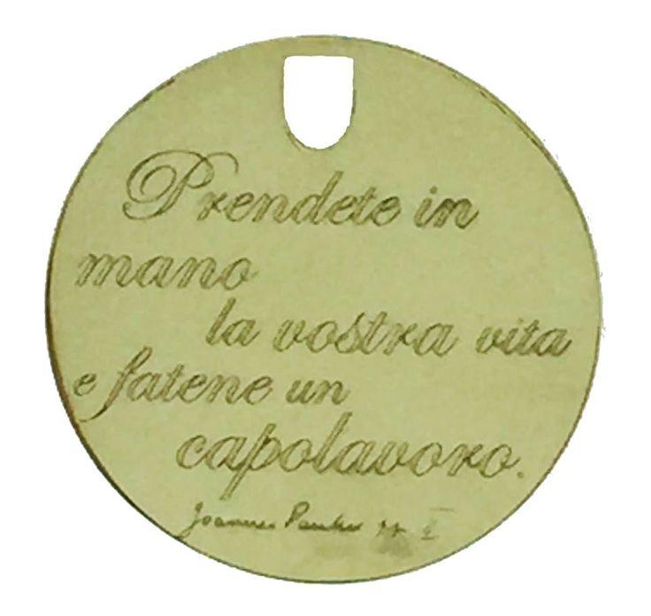 """Medaglia in oro giallo con incisa la frase """"prendete in mano la vostra vita e fatene un capolavoro"""" pronunciata da San Giovanni Paolo II  www.macorinigioielli.it"""