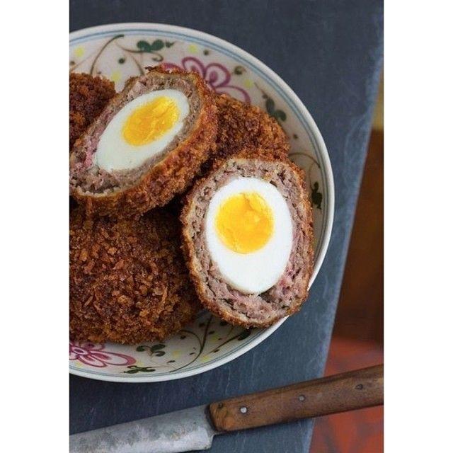 """""""Яйца по-шотландски  Ингредиенты: яйца, сваренные вкрутую – 6 шт. 1 ч. л. тертой лимонной цедры 20 г панировочных сухарей растительное масло – 2 ст.л. мука…"""""""
