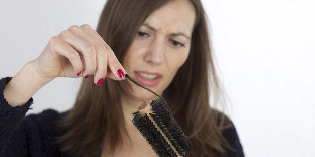 Landen ganze Büschel in der Bürste oder beginnt die Kopfhaut durchzuscheinen, wird der Haarverlust kritisch. Wir klären über Ursachen von Haarausfall auf.