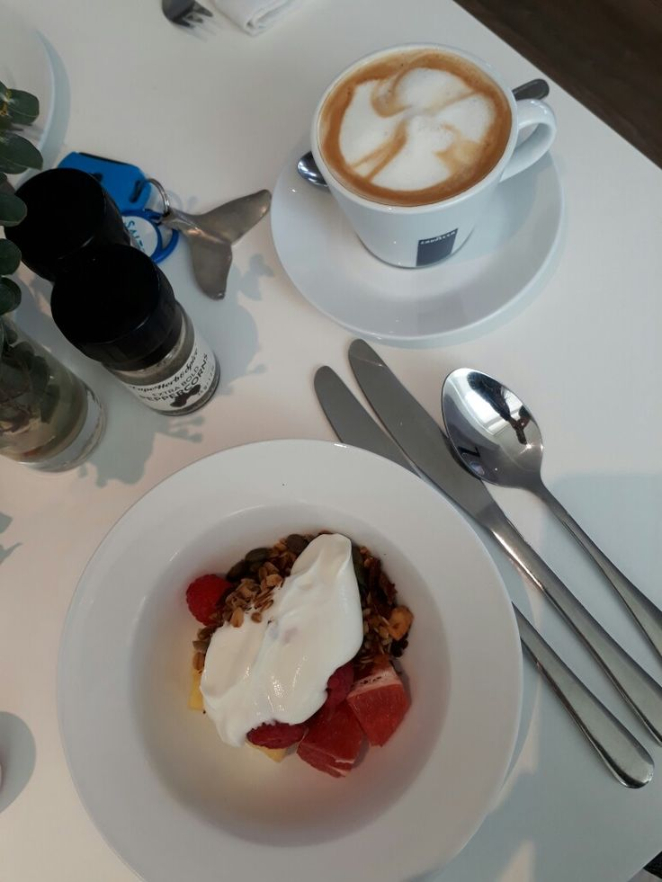 Kickstart your day with a #healthy and decadent breakfast at one of my favourite seaside boutique hotels; in the heart of the whale watching capital of South Africa. Close up whale watching can be enjoyed from tour balcony or the famous Cliff path of Hermanus on your doorstep. #luxury #hotel #Hermanus #romance #whales #wine #golf