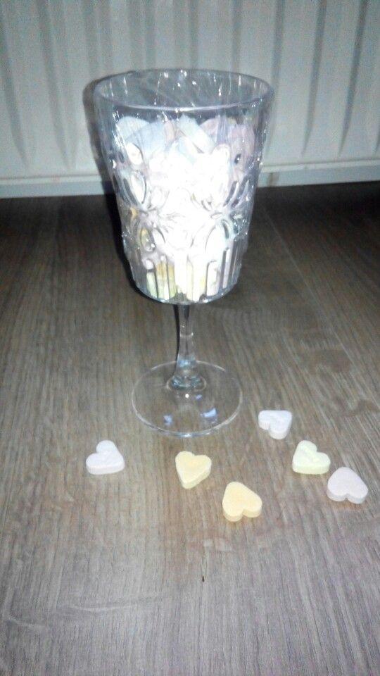 Het was hartstikke leuk, hartstikke bedankt voor het fijne schooljaar, ik vind je hartstikke lief (plastic glas action € 0,49 gevuld met hartjes snoepjes bij de supermarkt een zak voor €0,59 kaartje eraan en klaar!)