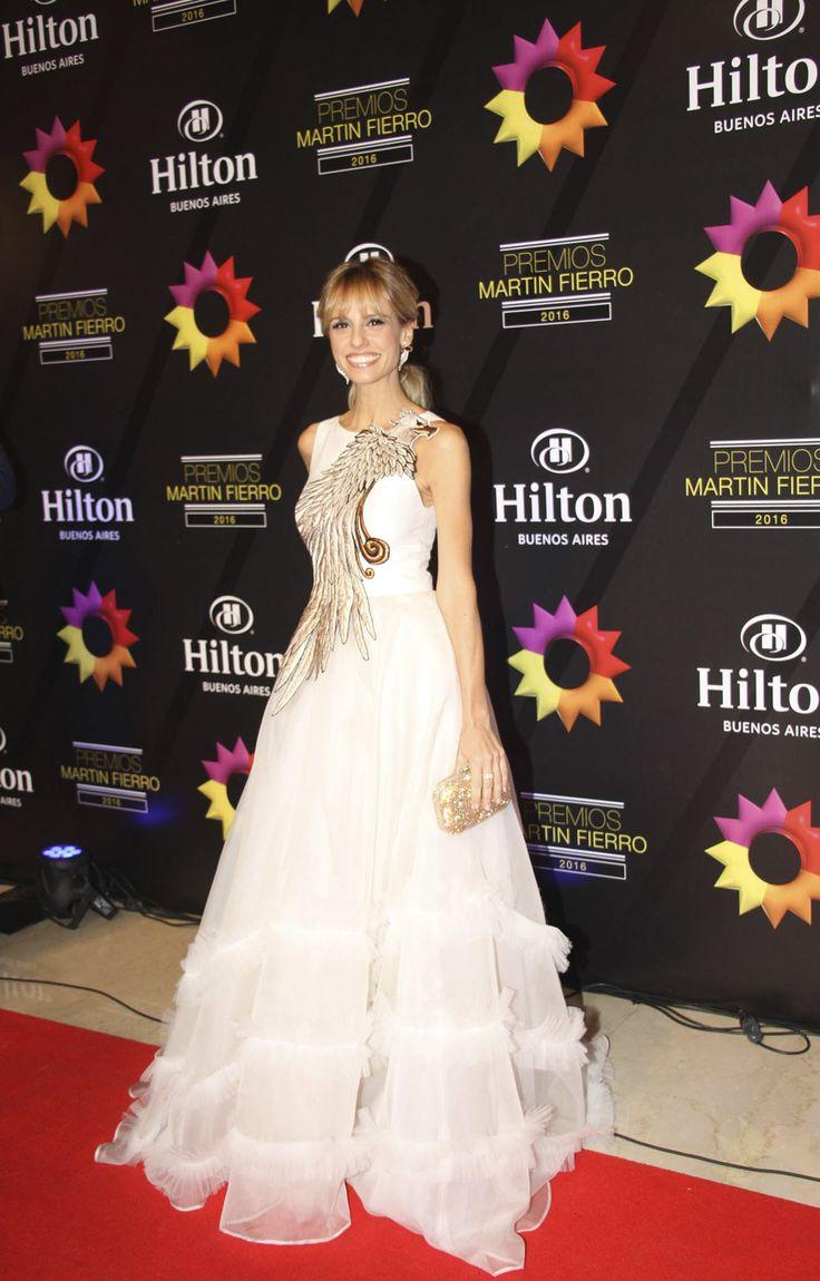 Mariana Fabbiani optó por un modelo de Javier Saiach en blanco, con una amplia falda y un enorme bordado en tonos dorados.
