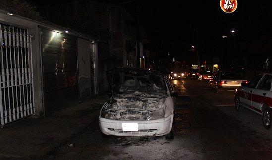Se incendia auto por corto circuito - http://www.esnoticiaveracruz.com/se-incendia-auto-por-corto-circuito/