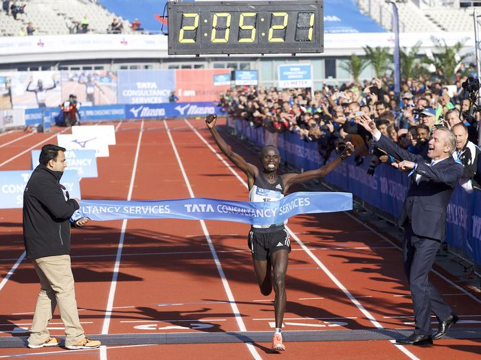 Daniel Wanjiru sorgte mit einem Streckenrekord für die hochklassigste Leistung beim Amsterdam-Marathon. Der Kenianer gewann das Rennen in 2:05:21 Stunden.