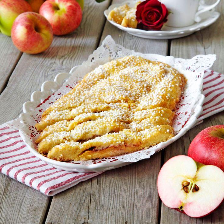 Fantastiskt god och spröd kaka med en härlig fyllning av äppelskivor, socker och kanel.
