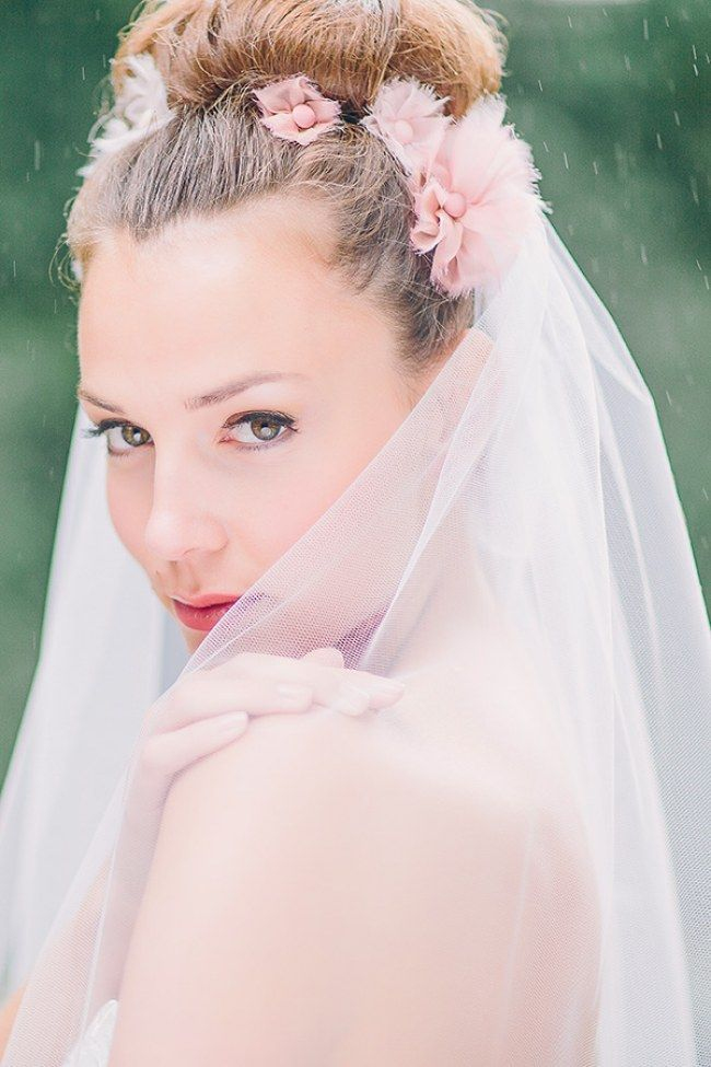 Rosa Stoffblüten, Dutt und ein Schleier für diese wunderschöne Brautfrisur! Must-have für deine Traumhochzeit: die schönsten Brautschleier für die Braut