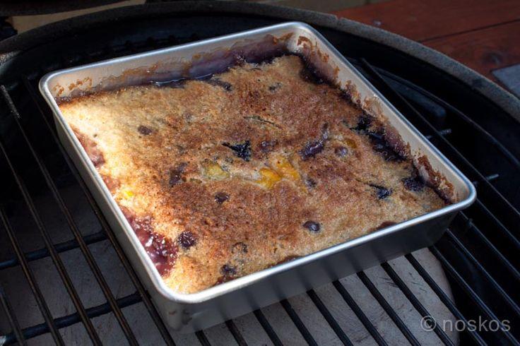 Recept voor een blauwe bessen perzik cobbler van de barbecue. Een heerlijk dessert om een zomerbarbecue mee af te sluiten.