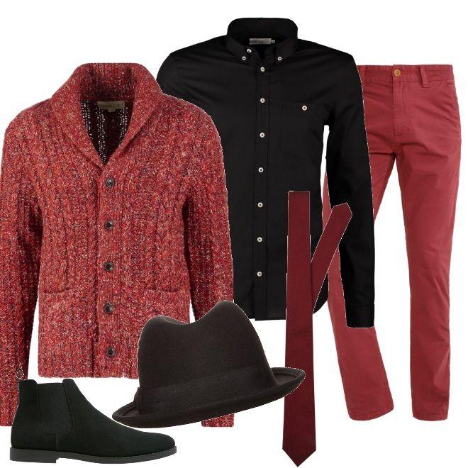 L'allegra vivacità del rosso abbinata al rigore del nero per questa proposta che vede un paio di pantaloni rossi da indossare con una camicia nera ed un cardigan in lana pesante che può fungere anche da cappotto. Le scarpe sono degli stivaletti nero come il cappello panama e la cravatta è in una tonalità di rosso bordeaux