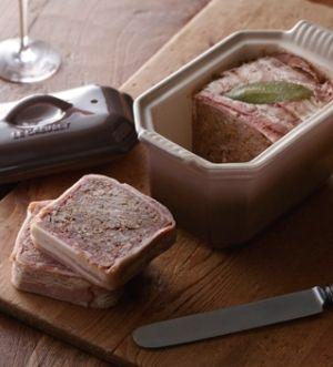 「[ル・クルーゼ公式] パテ・ド・カンパーニュ」肉のうまみが濃縮された、混ぜて焼くだけの本格ビストロメニュー。保存ができて赤ワインにぴったりな一品です。【楽天レシピ】