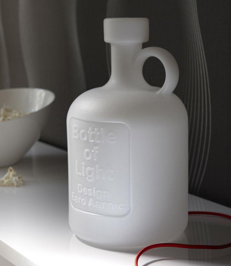 Bottle of light -valaisin. Valaisimen voi laittaa pöydälle tai lattialle tai ripustaa vaikka naulakkoon. Runko valkoista polyeteeniä. Punainen tekstiilijohto. Design Eero Aarnio
