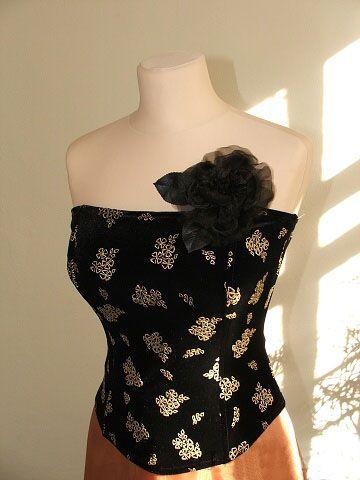 Sametový korzet Korzet z černého, mírně pružného sametu, vyztuženého kosticemi, vzadu šněrování. Velikost 38-40 Ke korzetu mohu došít sukni, dlouhou i krátkou.