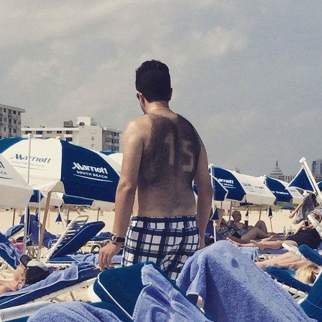 scherzo ragazzo in spiaggia