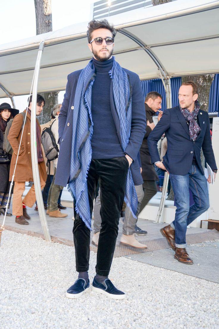 """ピッティウオモといえば、年に2度だけ行われる世界規模のメンズファッションブランド展示会だ。パリやミラノのコレクション会場と違い、ビジネスのために世界各国からファッション業界を牽引するバイヤー達が集う場でもあるため、リアルな最先端のビジネススタイルをチェックできる。今回も、2017年1月に行われた""""ピッティウオモ 91″にフォーカスして注目の着こなし&アイテムを紹介! ハンティングジャケット×大判ストールコーデ ミリタリーカラーのハンティングジャケットにネイビースラックスを合わせてドレスアップさせた、ザンバルド氏が得意とするミリタリーミックスコーディネート。スラックスと同じカラーリングの大判ストールをチョイスしてアクセントをプラス。 FALIERO SARTI (ファリエロサルティ)大判ストール AZZURRA 詳細・購入はこちら ネイビーストライプスーツスタイル ダンディな印象を与える幅広ストライプ柄のネイビースーツにこなれ感を与えるチャッカブーツを違和感なく取り入れたスタイリング。ネクタイとブーツはブラウンをチョイスしてアズーロ・エ・マローネ。 CANALI スト..."""