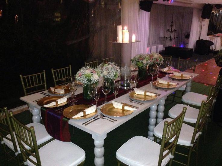 Silla Tiffany y mesa blanca en decape que combinadas con nuestros platos base dorados y servilleteros que hacen juego crean perfecta armonia.