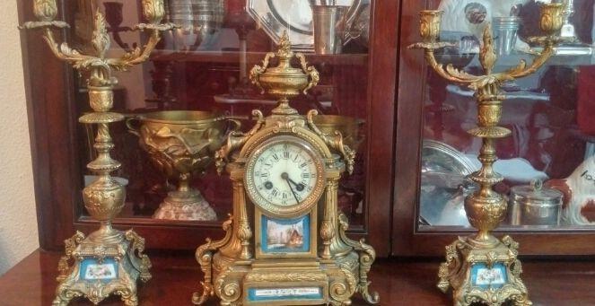 Antieke horloge sevres horloge en bronzen kandelaar en gouden calamine  Antieke horloge sevres horloge en bronzen kandelaar en gouden calamine oude klok en kroonluchters met porselein sevres. Gouden calamine en brons. In de lopende staat is de slinger een oude reconstructie met een muntstuk zijn functie vervullen.Maatregelen hoge klok 36 cm x breedte 25 cm. hoge maatregelen kroonluchters 39 cm.Geregistreerde scheepvaart.  EUR 200.00  Meer informatie