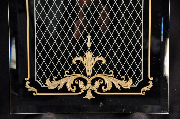 Зеркало с пескоструйной гравировкой изготовлено по технологии рельефной, многоплановой пескоструйной гравировки с лакокрасочным покрытием «старое золото». Рисунок нанесен на стороне амальгамы. #artglass #студияжогина #жогин #витражи #витражиспб #изготовлениевитражей #витраживинтерьере #артгласс
