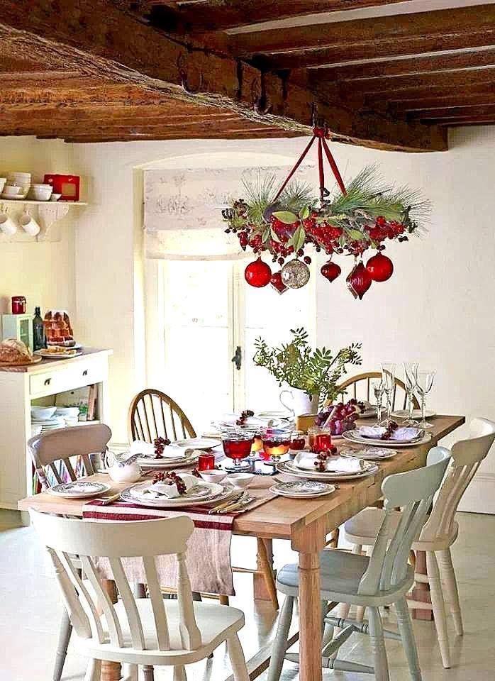 Vánoční výzdoba stolu laděná do červena