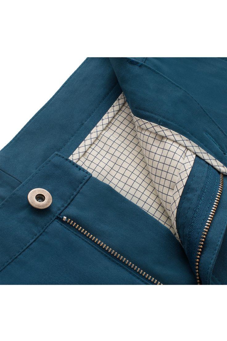 Spodnie męskie X-Press Chinosy Peacock to spodnie męskie typu Chionos uszyte z bawełny Cotton Drill pochodzącej z najlepszje brytyjskiej tkalni. Super modny kolor spodni w powiązaniu z krojem i tkaniną sprawiają, ze są to idealne spodnie męskie na każdą porę roku