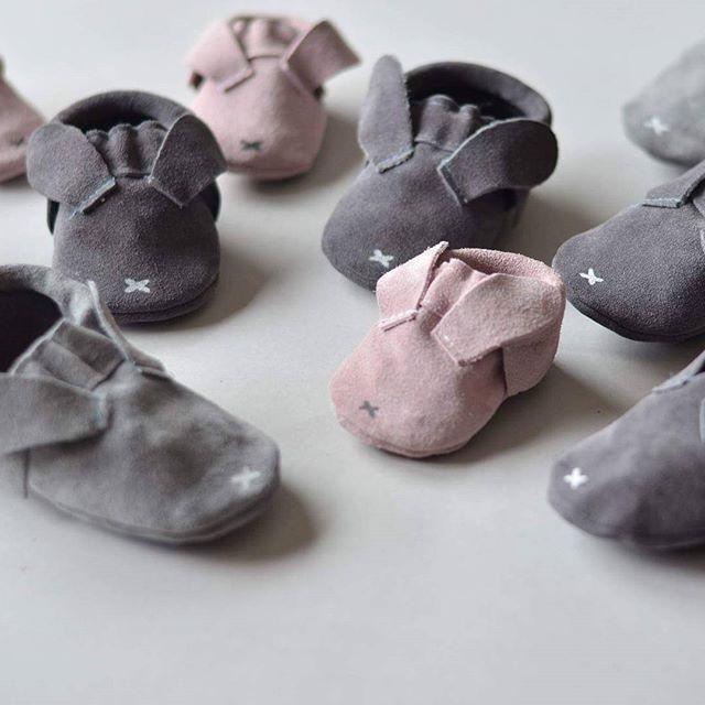 Kochani jeśli zależy Wam żeby doszły do Was buciki króliczki jeszcze przed Świętami to zajrzyjcie do @nastopki.pl Tam spory wybór rozmiarów i kolorów w tym nowe blekitne . . #minimalanimal #moccasins #babymoccasins #leathershoes #babyshoes #leather #feet #little #mokasynki #małastópka #niechodki #buciki #kroliczki #zajaczki #bunny #wielkanoc #święta #easter #zajaczek