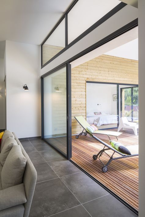 Une villa baignée de lumière, en symbiose avec la forêt landaise - Menuiseries aluminium Initial - Photo : Xavier Boymond