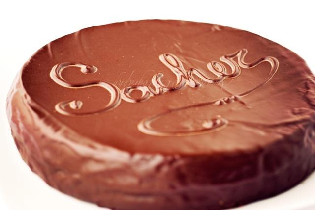 Voglia di cioccolato... La Sacher Torte (http://www.profumidalforno.it/portal/lucedalforno/dolcezze/sacher_torte)