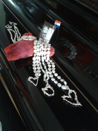 Parels met hangers met een hartje van goud? By tilltil www.sierraadsels.nl