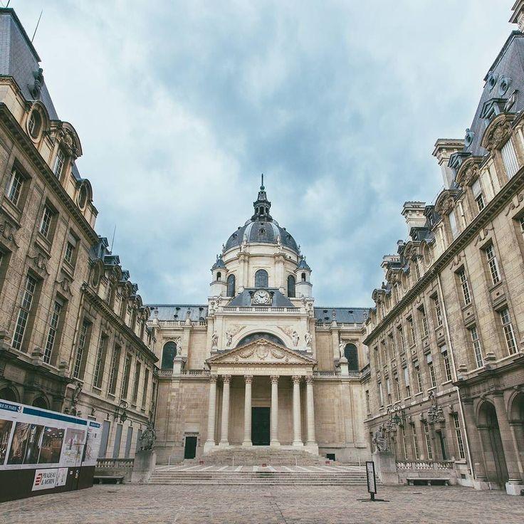 Université Paris-Sorbonne {2/3[2/3]} (Francia)  Come diceva ieri @8axel8 più la guardo più la vedo storta... nonostante tutto... il bello di quando ho visitato Parigi è che molto spesso non sapevo dove mi trovassi... si è vero vado a caso e metto via la mappa e non cerco punti di riferimento! Ma cosi scopro posti che non avrei mai cercato di mia iniziativa... il cortile di accesso all'Università della Sorbonna l'ho scoperto così!  #maurizioutlayer  1 immagine al giorno per 3 giorni così…