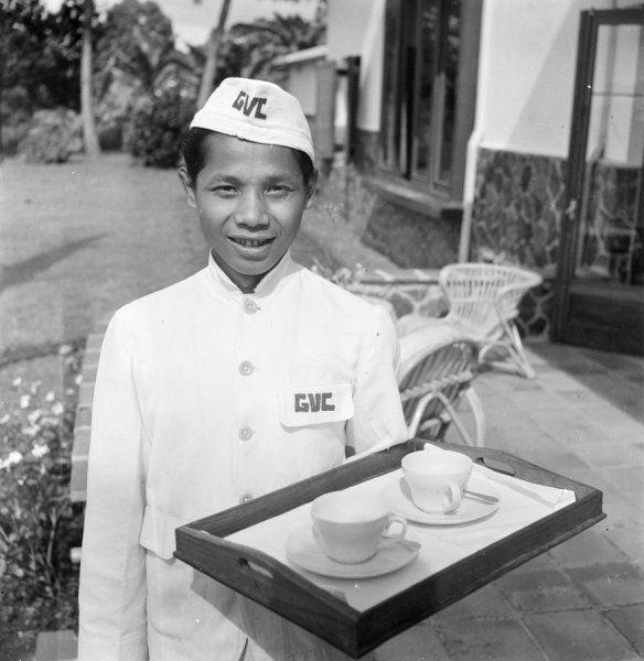 Portret van een Indonesische ober, werkzaam op een verlofcentrum voor ambtenaren te Bandung, Indonesië circa 1947.