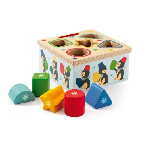 Cette jolie boîte en bois propose à l'enfant d'apprendre les formes et les couleurs. Il doit encastrer les 5 formes dans le couvercle. Cet apprentissage lui permet aussi d'améliorer son habileté, toutes les formes ne sont pas faciles à glisser dans la boîte.