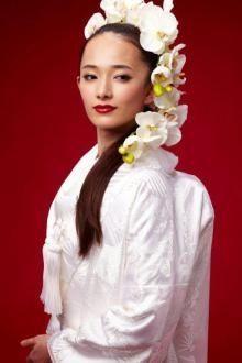 洋髪ダウンヘアに胡蝶蘭を飾って思いっきり大人っぽく♡ 白無垢に合う秋らしい髪型まとめ。色打掛の参考にも☆