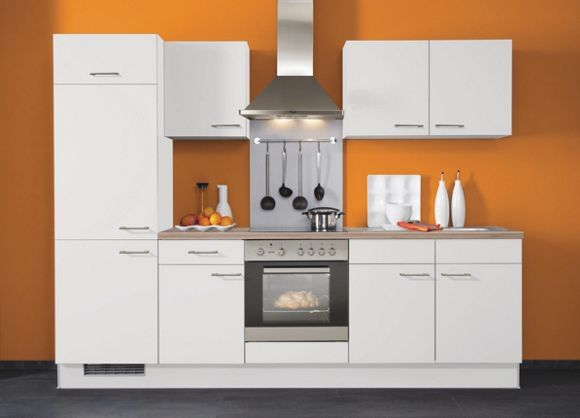 Dieser Küchenblock von XORA mit einer komfortablen Breite von ca. 270 cm ist enorm vielseitig. Verwöhnen Sie sich schon am Morgen mit leckeren Pfannkuchen, die Sie auf dem Kochfeld zubereiten. Der geräumige Kühlschrank hält Ihre Lebensmittel lange frisch. Im Einbauherd erhitzen Sie eine selbstgemachte Pizza, bevor die Spüle einen kinderleichten Abwasch ermöglicht. Die Dunstabzugshaube sorgt dabei stets für Durchblick beim Kochen, Backen und Genießen. Die weiße Front