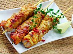 Kuřecí kebab špízy 4 lžíce oleje  2 lžíce medu  2 lžíce sójové omáčky  1 lžíce mletého pepře  1 kilogram kuřecích prsou  2 stroužky česneku  2 kusy cibule  2 kusy celé červené papriky  8 kusů špejlí ke špízům  1 špetka soli  1 špetka pepř mletého  pokrájené kuře, utřený česnek, (cibuli a papriky nakrájejte na větší kusy, jako kuře), nechte marinovat v lednici alespoň 2 hodiny, střídavě napichujte na špejle. Grilujeme