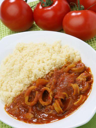 Lamelles d encornets à la tomate avec un peu de harissa made in tunisie c'est tout bon :D